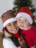Crianças felizes que colocam sob a árvore de Natal Imagem de Stock Royalty Free