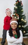 Crianças felizes que colocam sob a árvore de Natal Fotografia de Stock