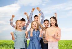 Crianças felizes que comemoram a vitória Imagem de Stock Royalty Free