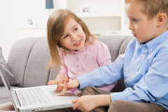 Crianças felizes que consultam o Internet imagem de stock royalty free