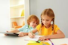 Crianças felizes que estudam no jardim de infância Fotos de Stock