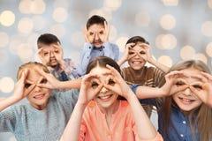 Crianças felizes que fazem as caras e que têm o divertimento Fotografia de Stock