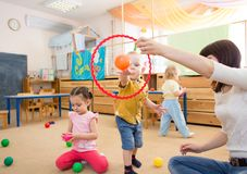 Crianças felizes que jogam com bola e anel no jardim de infância foto de stock royalty free