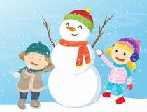 Crianças felizes que jogam com boneco de neve Fotos de Stock Royalty Free