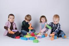 Crianças felizes que jogam com cubos Imagem de Stock