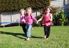 Crianças felizes que jogam e que correm Fotos de Stock