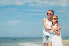 Crianças felizes que jogam na praia no tempo do dia Fotos de Stock Royalty Free