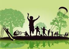 Crianças felizes que jogam no parque Foto de Stock Royalty Free
