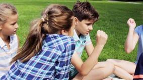 Crianças felizes que jogam o jogo das rocha-papel-tesouras filme