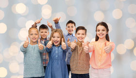 Crianças felizes que mostram os polegares acima Fotos de Stock Royalty Free