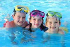 Crianças felizes que nadam fotografia de stock royalty free