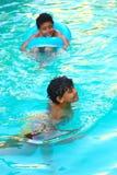 Crianças felizes que nadam na associação Fotos de Stock Royalty Free