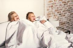 Crianças felizes que olham a tevê em casa fotos de stock royalty free