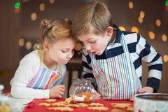 Crianças felizes que preparam cookies pelo Natal e o ano novo fotografia de stock