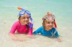 Crianças felizes que vestem mergulhando a engrenagem na praia Fotos de Stock Royalty Free