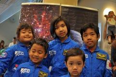 Crianças felizes que visitam a abrir-casa de JAXA Fotos de Stock