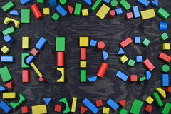 CRIANÇAS fora dos blocos de madeira coloridos do brinquedo no preto Imagens de Stock Royalty Free