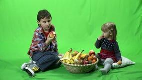 Crianças, frutos e tela verde 4k ProRes, 4 2 2 filme