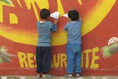 Crianças guatemaltecas que fazem os aviões de papel Fotos de Stock Royalty Free