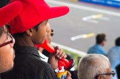 Crianças indianas em tampões vermelhos que olham o evento Fotos de Stock