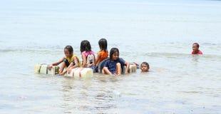 Crianças indonésias que jogam no mar Fotografia de Stock Royalty Free