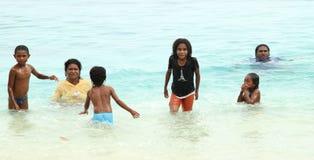 Crianças indonésias que jogam no mar Foto de Stock Royalty Free