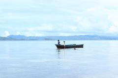 Crianças indonésias que jogam no mar Imagens de Stock Royalty Free