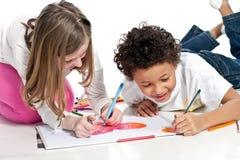 Crianças inter-raciais que desenham junto Fotos de Stock