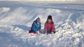 Crianças jogadas na neve video estoque