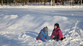 Crianças jogadas na neve vídeos de arquivo