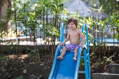 Crianças, jogando no campo de jogos, tendo o divertimento fotos de stock royalty free