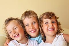 Crianças junto em cosy, menina no olho fechado esquerdo imagem de stock royalty free