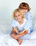 Crianças junto na cama Foto de Stock Royalty Free