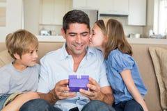 Crianças loving que gifting o pai Imagens de Stock Royalty Free