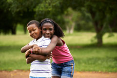 Crianças menino e menina africanos no aperto do amor Foto de Stock Royalty Free