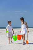 Crianças, menino, menina, irmão & irmã Playing na praia Imagens de Stock Royalty Free