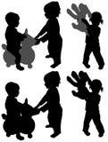 Crianças mostradas em silhueta do campo de jogos Foto de Stock