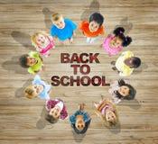 Crianças multi-étnicos com de volta a conceito da escola Fotografia de Stock Royalty Free