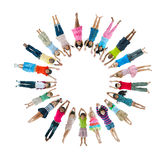 Crianças multi-étnicos que encontram-se para baixo formando o círculo Fotos de Stock Royalty Free
