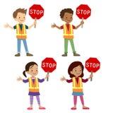 Crianças multiculturais no uniforme do protetor de cruzamento Imagens de Stock