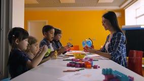 Crianças multiculturais que fazem o navio com papel colorido video estoque