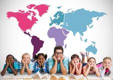 Crianças multiculturais que leem na frente do mapa do mundo colorido com professor imagem de stock royalty free