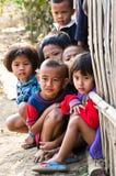 Crianças não identificadas de uma segunda-feira 5-8 anos de recolhimento velho para o photograp Imagens de Stock Royalty Free