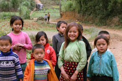 Crianças não identificadas no distrito montanhoso de Dong Van Fotografia de Stock