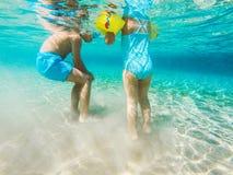 Crianças na água do mar Fotos de Stock Royalty Free