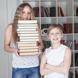 Crianças na biblioteca Imagem de Stock Royalty Free