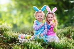 Crianças na caça do ovo de Easter foto de stock royalty free