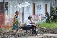 Crianças na cidade do Rio Amazonas de Indiana no Peru Foto de Stock