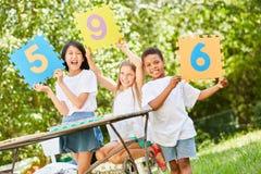 Crianças na competição como o juiz do júri imagens de stock