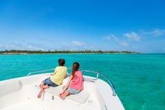 Crianças na excursão do barco fotos de stock
